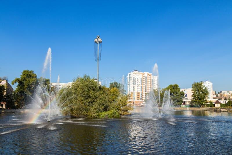 Komsomolskiy damm med springbrunnar, Lipetsk, Ryssland royaltyfria bilder