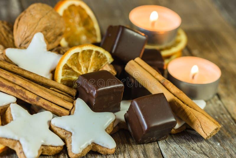 Komst en Kerstmis vormde het zoete voedsel met ster koekjes en chocolade op houten lijst royalty-vrije stock afbeelding