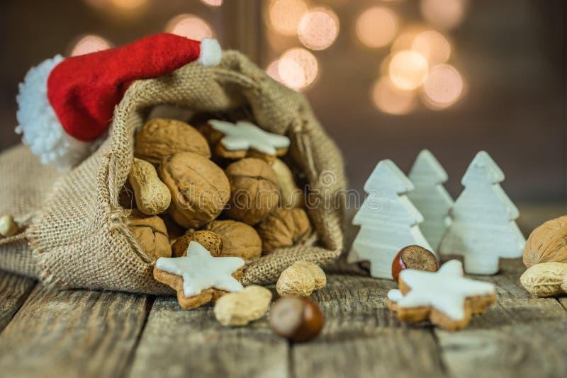 Komst en Kerstmisvoedsel, snoepjes, Kerstmisornamenten en vage lichtenachtergrond stock foto's