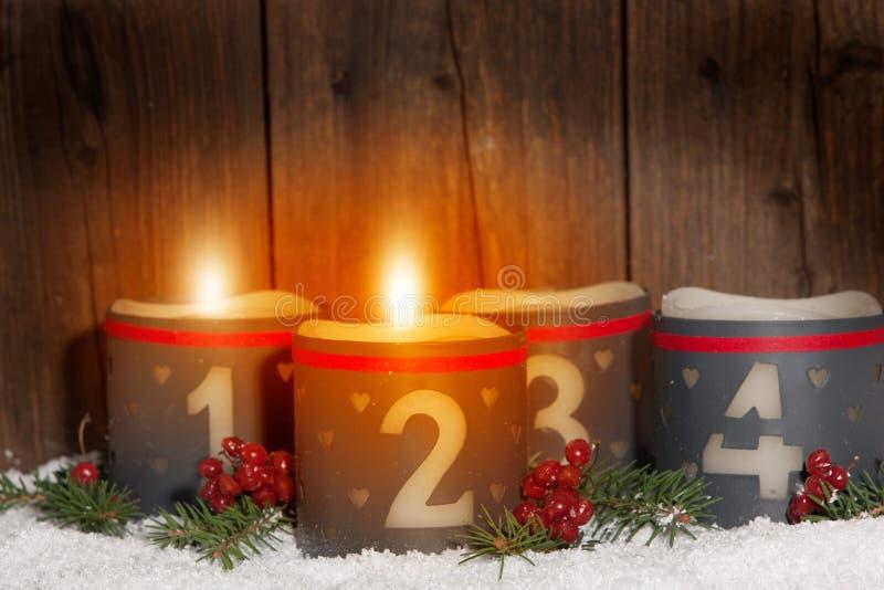 2 Komst, gloeiende kaarsen met aantallen stock foto