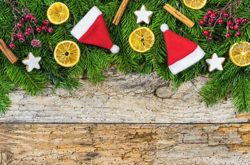 Komst of Kerstmisachtergrond met sparrengrens en decoratie royalty-vrije stock afbeelding