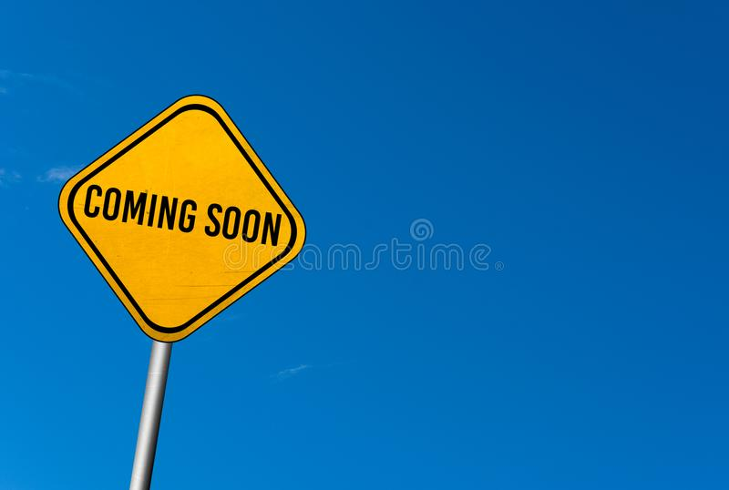komst spoedig - geel teken met blauwe hemel royalty-vrije stock foto's
