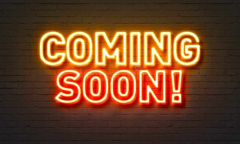 Komst spoedig neonteken op bakstenen muurachtergrond royalty-vrije stock foto