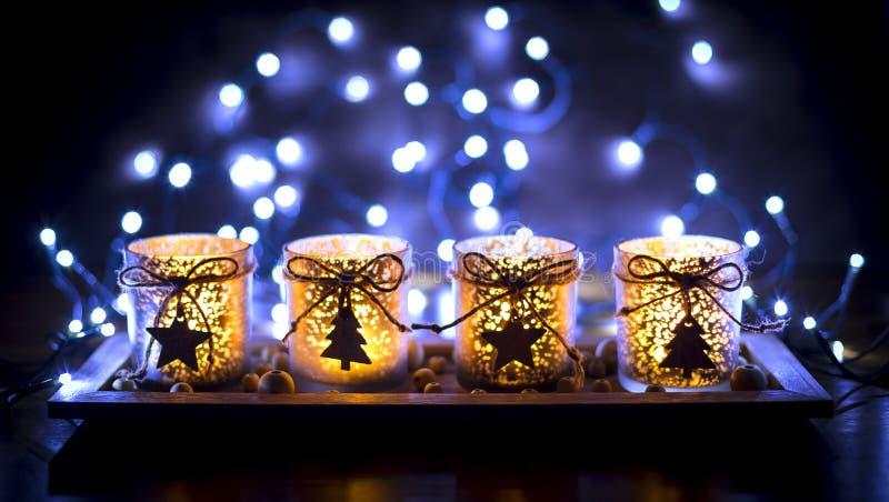 Komst, vier verfraaide kaarsen stock afbeelding