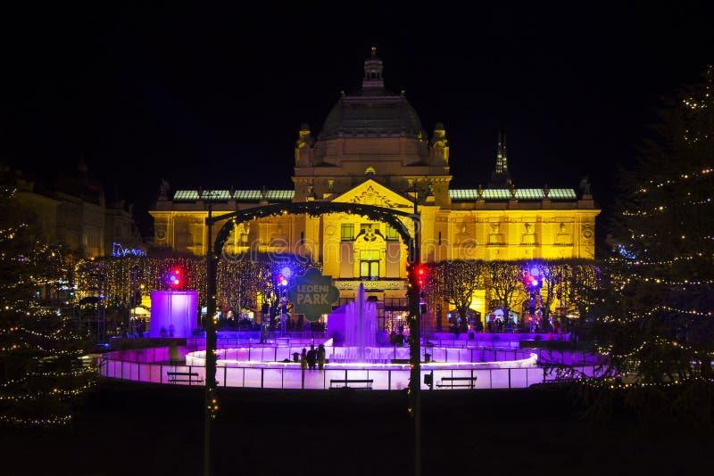 Komst in Zagreb - Ijspark op Koning Tomislav Square, Nacht wiev stock fotografie