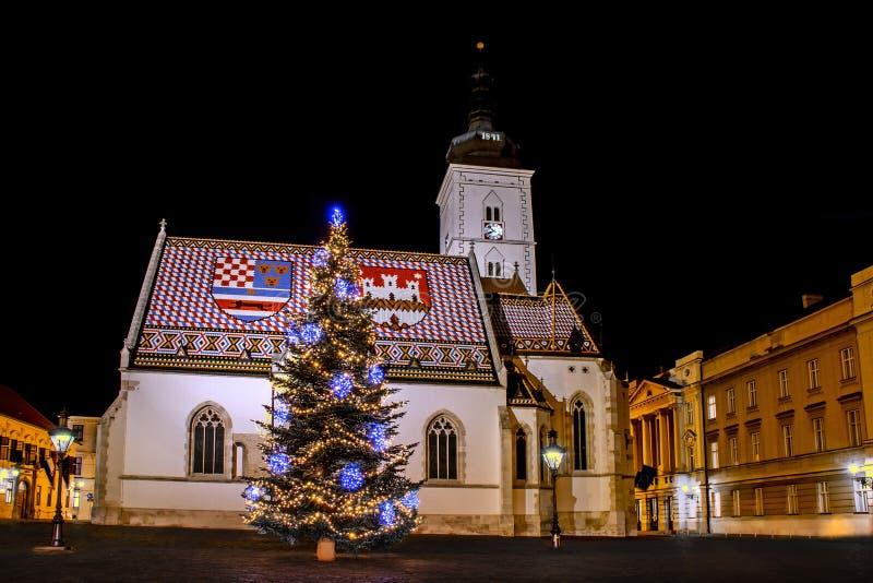 Komst in Zagreb - Kerstboom vooraan de Kerk van het St Teken stock foto's