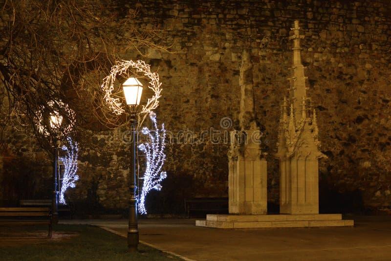 Komst in Zagreb, Kroatië, Straatlantaarns met Kerstmisdecoratie voor de kathedraal van Zagreb royalty-vrije stock afbeelding