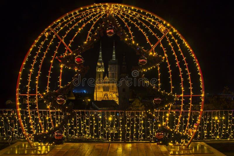 Komst in Zagreb - Nachtpanorama van de kathedraal van Zagreb bij tim royalty-vrije stock foto