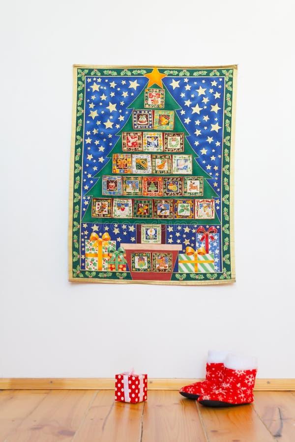 Komstkalender, die op vakantie Vrolijke Kerstmis wachten stock afbeeldingen