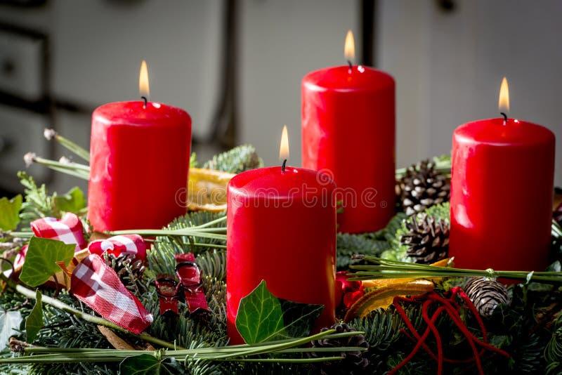 Komstkroon met het branden van rode kaarsen stock fotografie