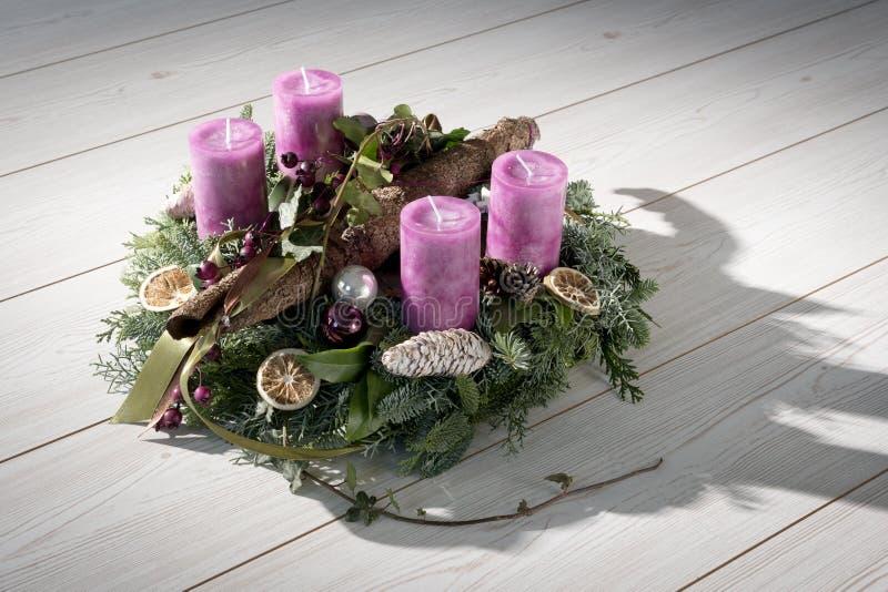 Komstkroon met purpere kaarsen royalty-vrije stock fotografie