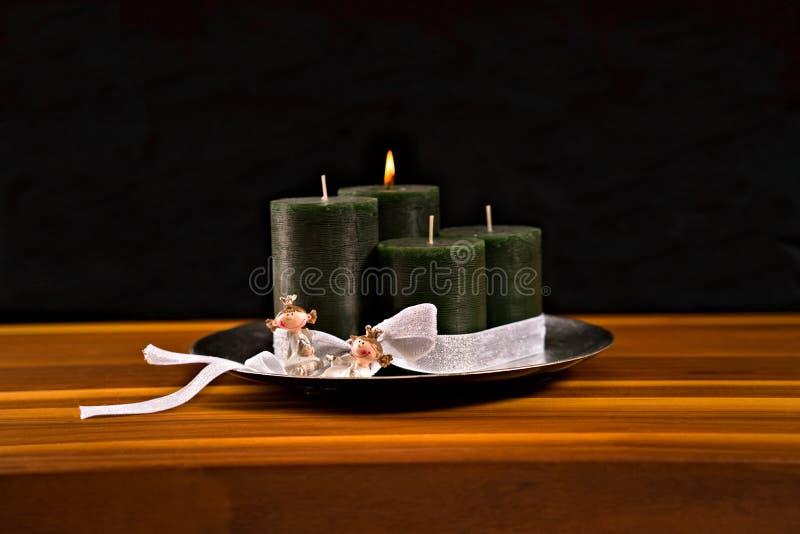 Komstkroon, vier kaarsen, twee prinsessen stock foto