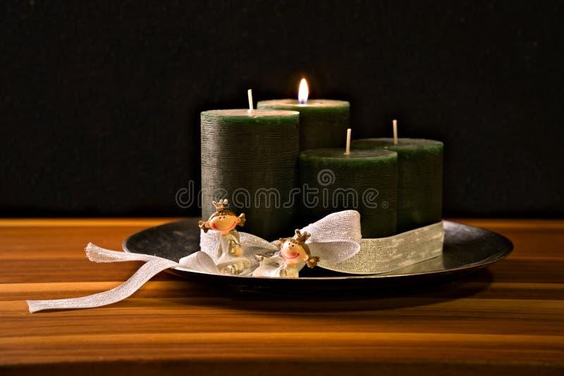 Komstkroon, vier kaarsen, twee prinsessen royalty-vrije stock foto