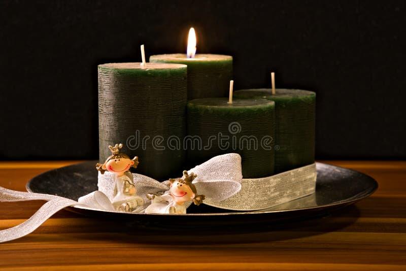 Komstkroon, vier kaarsen, twee prinsessen stock afbeelding