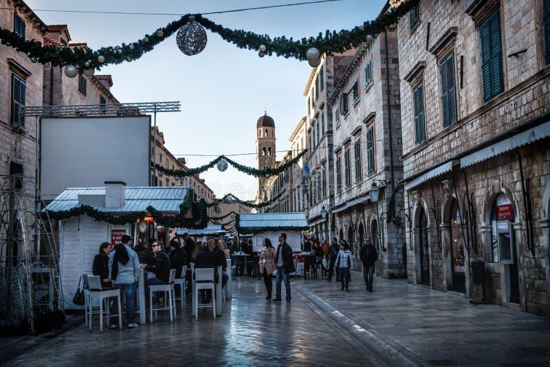 Komstmarktkramen in de Kerstmis verfraaide Stradun-straat van Dubrovnik, Kroatië stock foto's