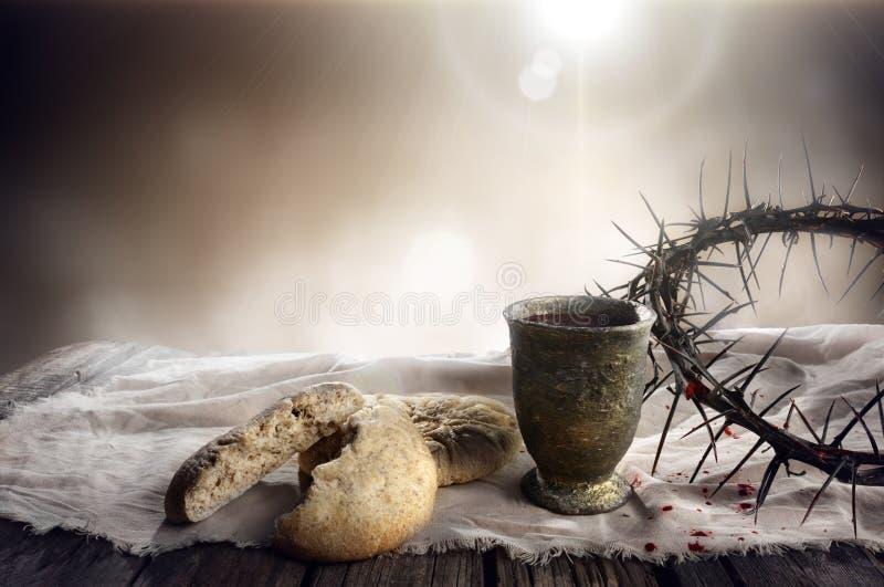 Komunia I pasja - Niekwaszonego chleba wino I korona Chalice zdjęcia royalty free