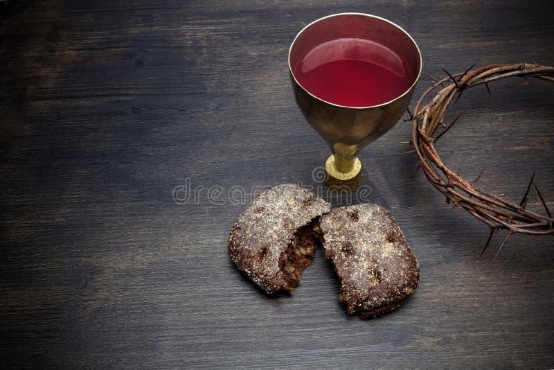 Komunia I pasja - Niekwaszonego chleba wino I korona ciernie Chalice zdjęcia stock