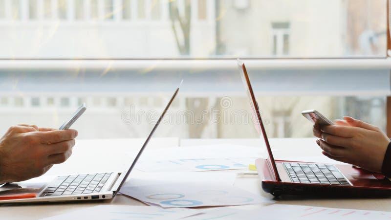 Komunikacja biznesowa urzędnika telefon obraz stock