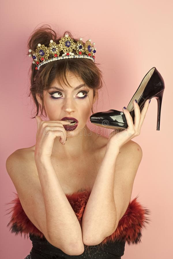 Komunikacja i fetysz, fryzjer Komunikacja ładny kobiety mienia but jako telefon komórkowy zdjęcie stock