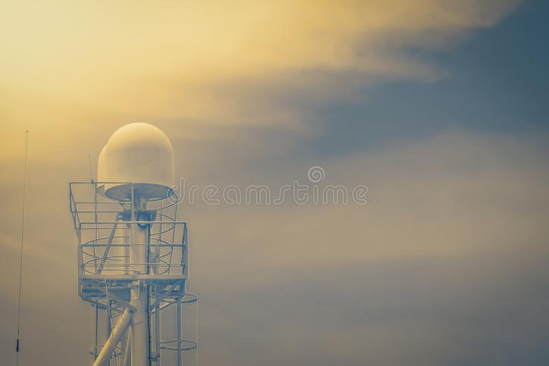 Komunikacja radar na nawigacja Bridżowego pokładu statku na retro filtrowym brzmieniu i radio zdjęcie royalty free