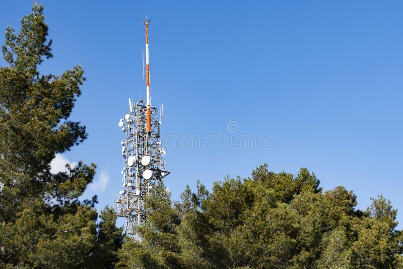 Komunikacyjny góruje, anteny i naczynia obraz stock