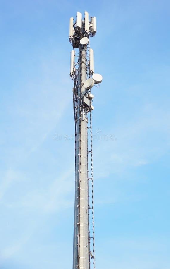 Komunikacyjny wierza z antenami taki telefonu komórkowego wierza, telefonu komórkowego wierza, telefonu słup na niebieskiego nieb fotografia royalty free