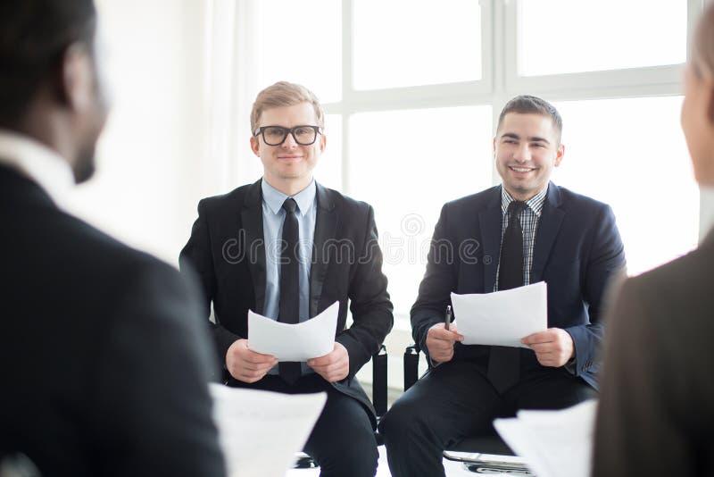 Komunikować biznesmenów na spotkaniu obraz stock