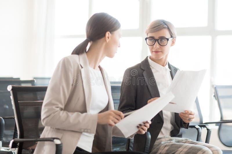 Komunikować bizneswomanów z dokumentami zdjęcia stock