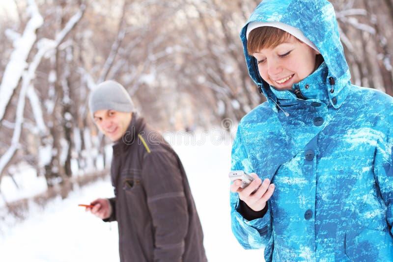 komunikuje para mobilnego telefon obraz royalty free