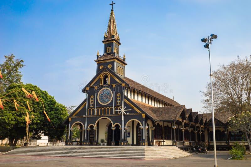 Kon Tum, Вьетнам - 28-ое марта 2016: Идет церковь в городе Kon Tum в центральных гористых местностях Вьетнама старая реликвия с u стоковые изображения rf