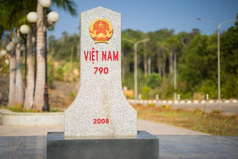 Kon Tum, Вьетнам - 29-ое марта 2016: Камень границы провинции Kon Tum, Вьетнама и Attapu, Лаоса стоковое фото rf