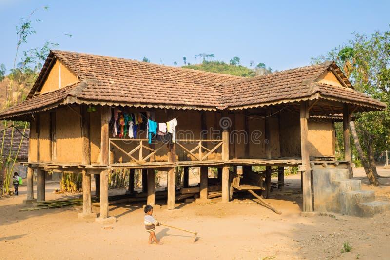 Kon Tum Vietnam - Mars 28, 2016: Traditionellt typisk Bahnar hus i den gamla minoritetbyn Kon Kotu, som besökas vanligast av fotografering för bildbyråer