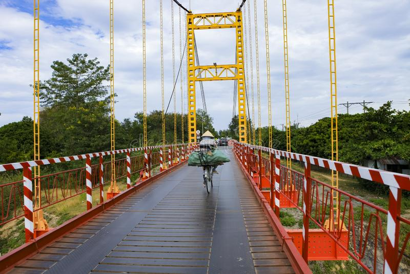 Kon Tum Vietnam - November 24, 2018: Kon Klor Suspension Bridge väg till den gamla minoritetbyn Kon Kotu för berömd destination royaltyfri fotografi