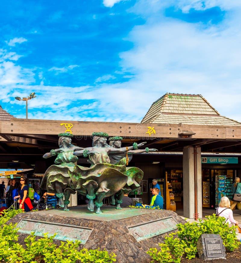 KONA HAWAII - FEBRUARI 18, 2018: Statyer för Hula Kahiko kvinnadansare hälsar besökare i internationell flygplats arkivbilder