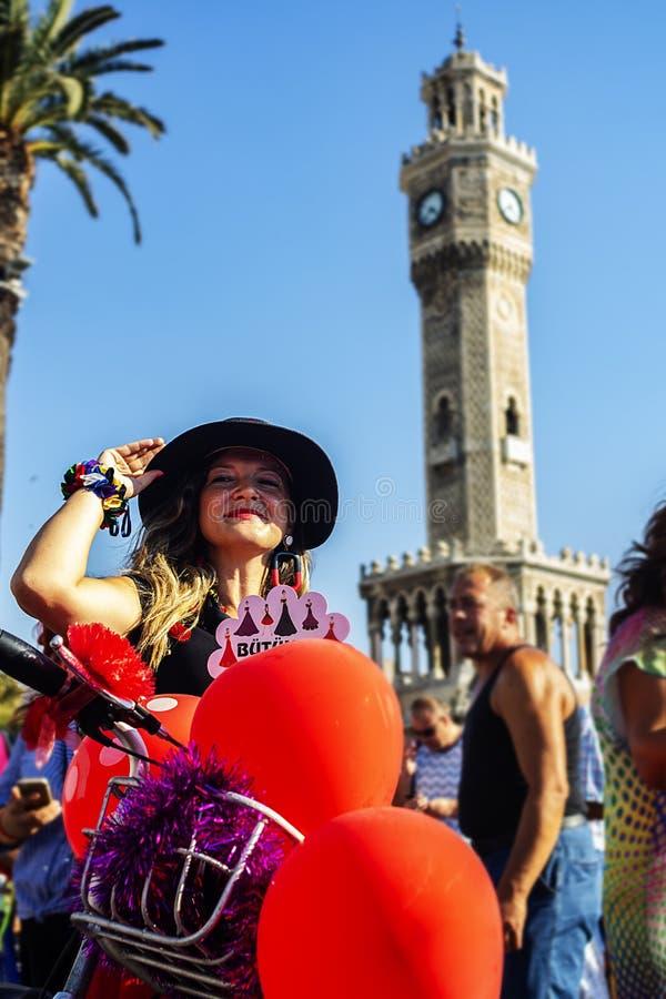 09/23/2018, Konak, Izmir, Turcja, Izmir Galanteryjne kobiety Jeździć na rowerze wycieczkę turysyczną zdjęcie royalty free
