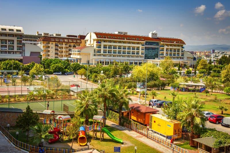 Konakli,土耳其- 2017年8月18日:热带度假旅馆顶视图 儿童站点的` s操场在晴天 免版税图库摄影