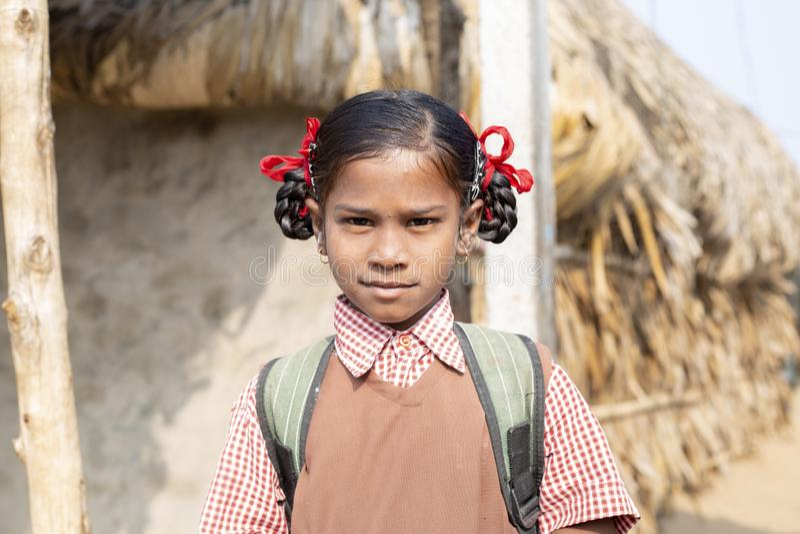 Konark Odisha Indien - December 04 2018 - oidentifierad stående av att le den stam- flickan för skola som går att skola Nolia Sah royaltyfri foto
