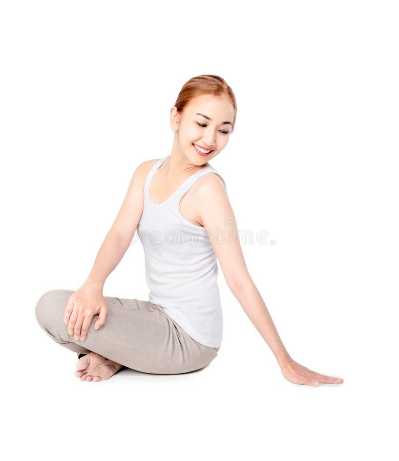 Koncentrera i stillhet nätta slanka övningar för yoga för leendekvinnakondition Övande yoga för ung härlig asiatisk flicka arkivfoton