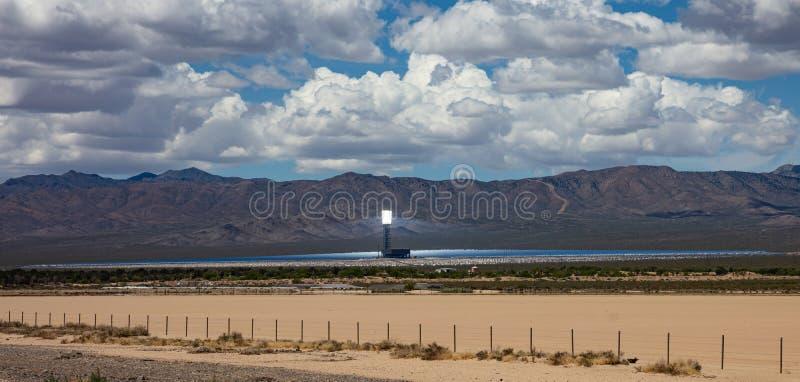 Koncentrera solenergi, CSP Torn och speglar, sol- termisk energi, Förenta staterna arkivfoton
