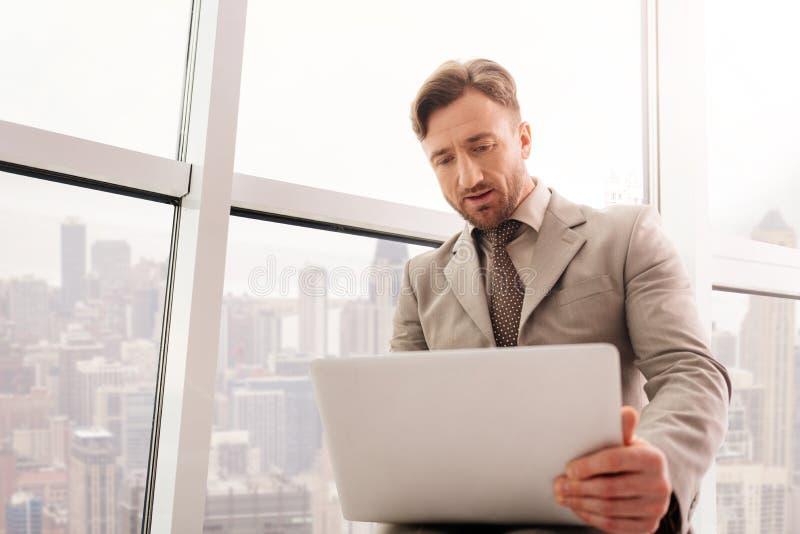Koncentrerad affärsman som arbetar i kontoret royaltyfri fotografi