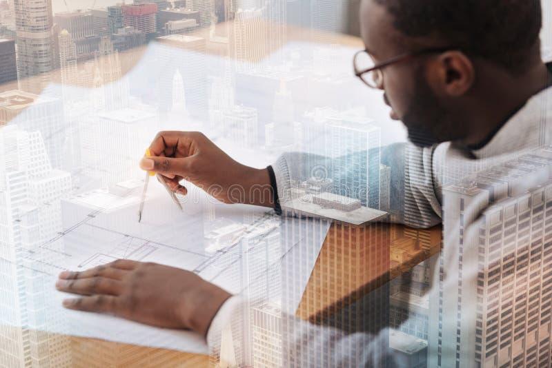 Koncentrerad forskare som arbetar på tabellen arkivfoto