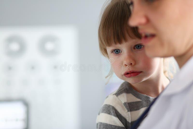 Koncentrerad liten patient royaltyfri fotografi
