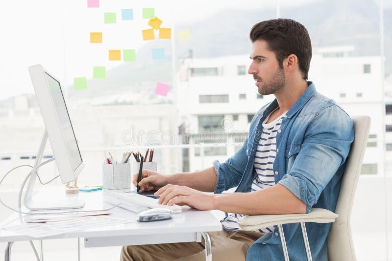 Koncentrerad märkes- användande dator och digitizer royaltyfri foto