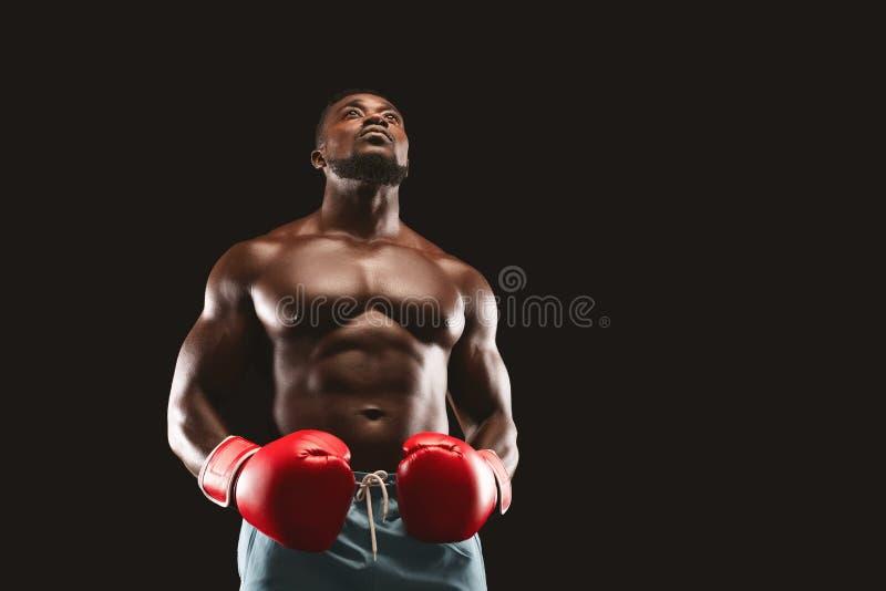 Koncentrerad svart boxare som förbereder sig för strid arkivbild