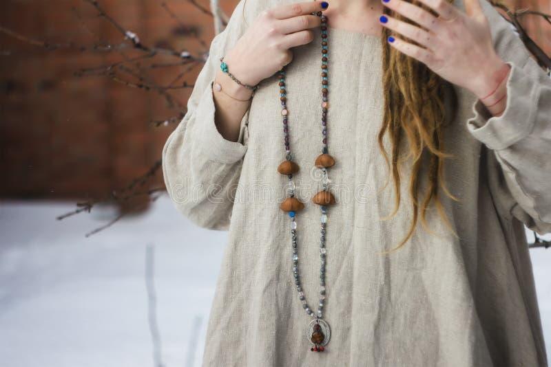 Koncentrerade bärande radbandpärlor för kvinna close upp arkivfoton