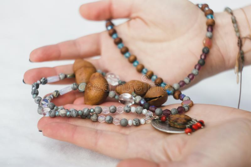 Koncentrerade bärande radbandpärlor för kvinna close upp arkivfoto
