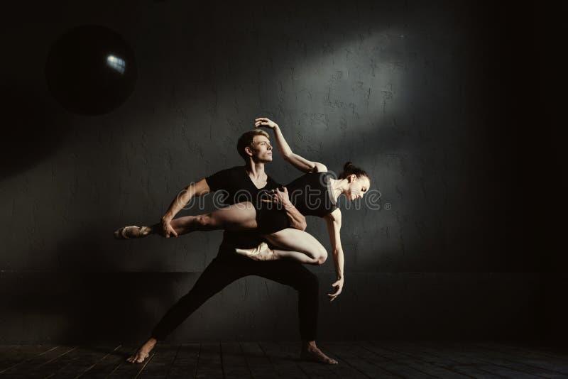Koncentrerade gymnaster som utför i växelverkan med de arkivfoton