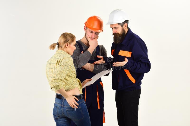 Koncentrujący na ich projekcie Ludzie projektantów pracuje na budowa projekcie Pracownik budowlany drużyna 22 pocisków kaliberu g obraz stock