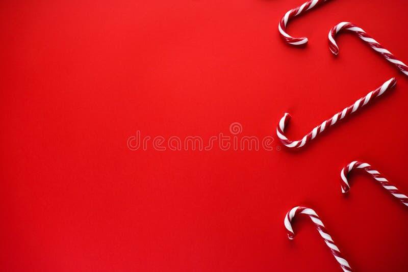 Koncepcja świąteczna Świąteczne cukierki na czerwonym tle Tradycyjne słodycze świąteczne Płaska warstwa, miejsce na tekst zdjęcia royalty free