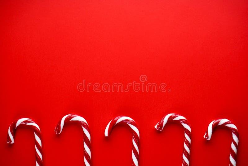 Koncepcja świąteczna Świąteczne cukierki na czerwonym tle Tradycyjne słodycze świąteczne Płaska warstwa, miejsce na tekst zdjęcie stock
